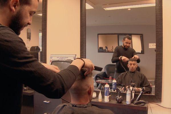 Fouzi dans son salon de coiffure de la cité du Champs-de-mars à Perpignan