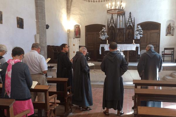 Les huit moines se mélangent aux festivaliers de La Chaise-Dieu.