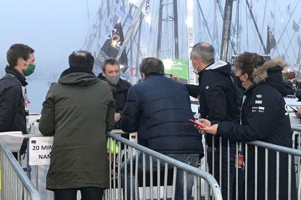 Thomas Ruyant répond aux journalistes avant de prendre son bateau