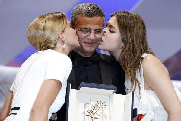 """Le réalisateur Abdellatif Kechiche et ses deux actrices Adèle Exarchopoulos et Léa Seydoux se sont vus décerner ensemble par le réalisateur américain Steven Spielberg la Palme d'Or du 66e festival de Cannes pour le film français """"La vie d'Adèle""""."""