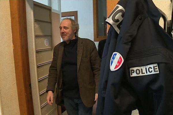 """Arnaud Desplechin, en octobre 2018, dans le décor de """"Roubaix, une lumière""""."""