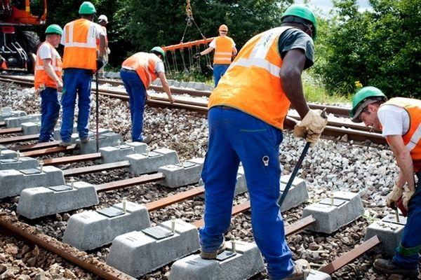 Un chantier de renouvellement de traverses de voie ferrée