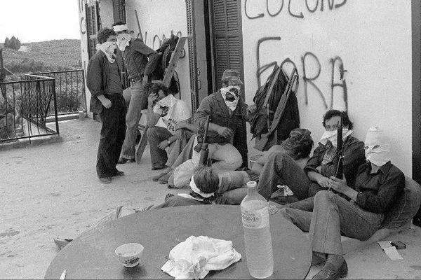 Un groupe de militants autonomistes corses de l'ARC, dirigés par Edmond Simeoni, le 21 août 1975 à Aléria