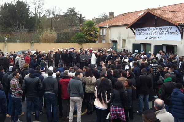 Le rassemblement à la mosquée de Poitiers ce vendredi 9 janvier 2015.