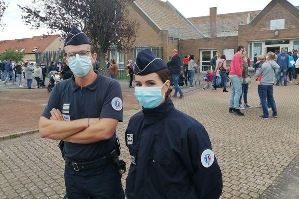 Des policiers menaient une action d'information et de prévention sur le port du masque obligatoire aux abords des écoles, ce mardi de rentrée à Gravelines.
