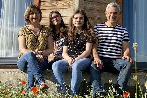 Moulins (Allier): La famille Giuliani dans son jardin. Depuis six ans, elle a quitté sa Provence natale pour le Bourbonnais. Un aller simple.