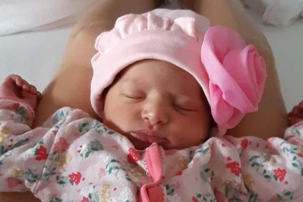 La petite Margot, née pendant le confinement à Marseille avec sa maman et son papa.
