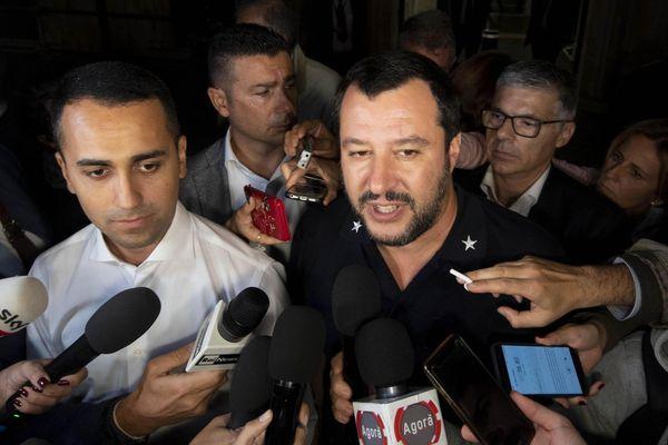 A gauche, le vice-Premier ministre Luigi Di Maio, chef de file du Mouvement Cinq Etoiles (M5S, antistème). A droite, Matteo Salvini, l'autre vice-premier ministre du gouvernement italien, patron de la Ligue (extrême droite).