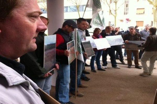 La manifestation des agriculteurs vendredi devant le Palais des congrès de Dijon pour une meilleure régulation du gibier