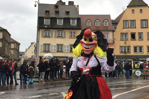Il est 15 heures : le défilé du carnaval est parti du parc de l'Étoile il y a près d'une heure et avance sur le quai des Bateliers.