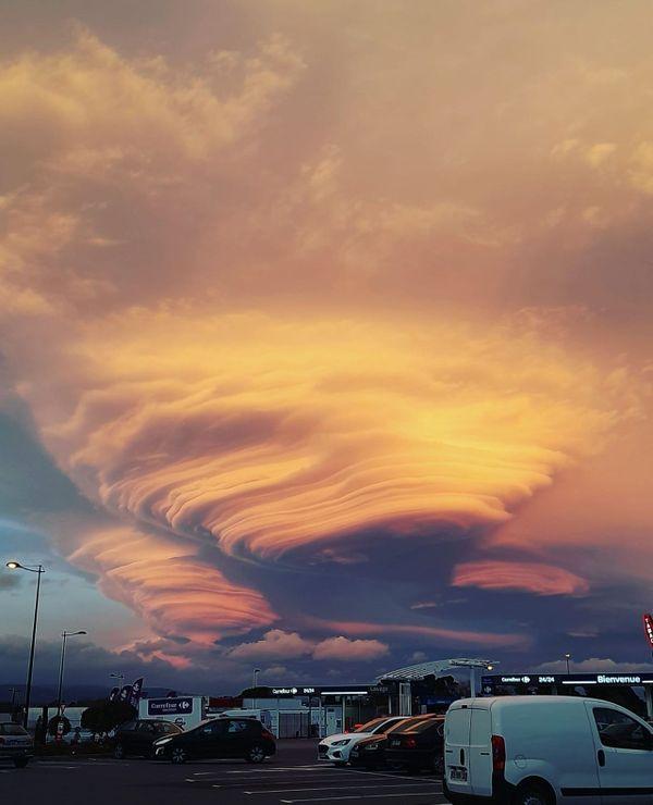 Les nuages lenticulaires : un spectacle hypnotique au dessus d'une zone commerciale, à Carcassonne, dans l'Aude.