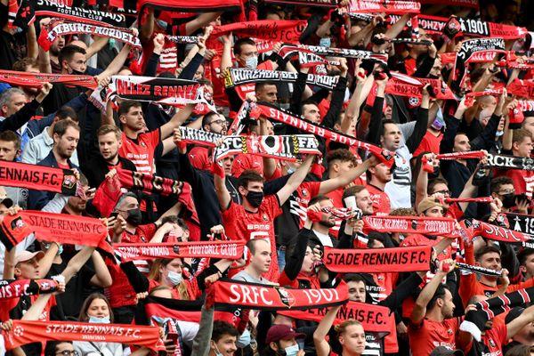 Les supporters rennais dans les tribunes avec les écharpes Ligue Europa Conférence