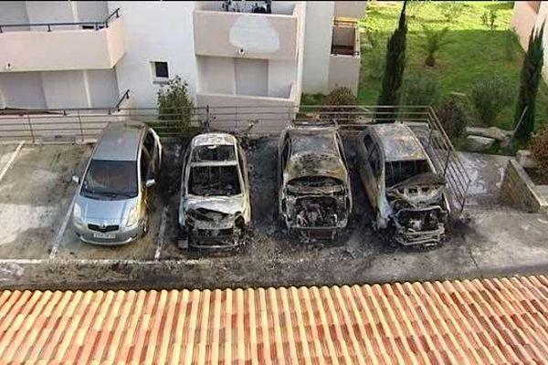 07/01/15 - Deux voitures et une motocyclette appartenant à la famille d'un policier en poste au commissariat de Bastia ont été retrouvés calcinés
