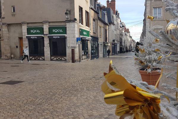 Les décorations de Noël ont été installées dans le centre ville d'Orléans, quasi désert en cette période de confinement