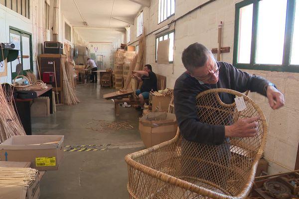Au Boisle dans la Somme, Candas est l'une des dernières entreprises de vannerie en France.