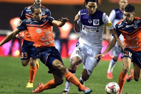 Le défenseur montpelliérain Daniel Congré (à gauche) à la lutte avec le milieuu de terrain toulousain Abel Agular. Montpellier le 23 novembre 2014.