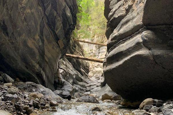 Canyon de Cramassouri (Tournefort, Alpes-Maritimes),14 avril 2021 : il reste des vestiges de la tempête Alex, comme ces troncs d'arbres toujours coincés dans les gorges du canyon et de nombreux débris.