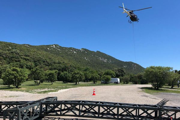 La Croix de 950 kg a été posée sur le parking du Pic Saint-Loup à Cazevieille.