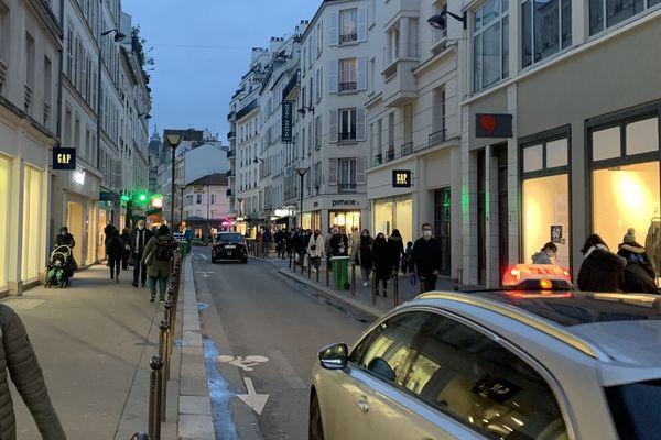 La rue du Commerce, dans le XVème arrondissement, se vide de ses passants au fur et à mesure que 18h approche. @Elie SAIKALI