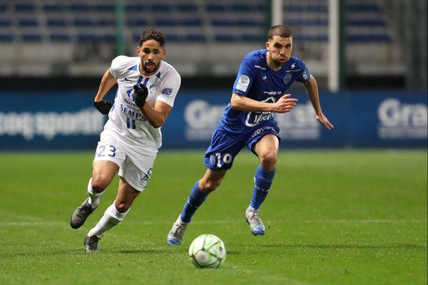 Le joueur grenoblois Jérôme Mombris à la bataille avec Oualid El Hajjam lors du match GF38-Troyes le 31 janvier 2020.
