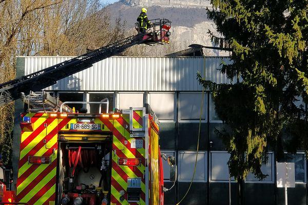 Les pompiers sont toujours sur place pour des opérations de dégarnissage.
