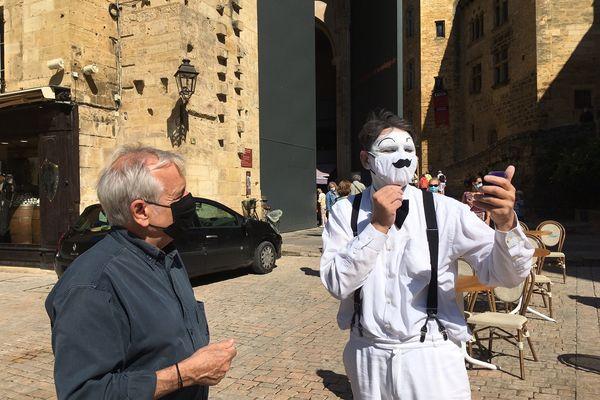 Un artiste de rue a décoré son masque à Sarlat. 2/08/21