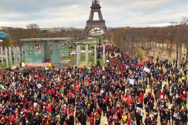 40.000 personnes, selon les organisateurs, se sont rassemblées sur le Champ-de-Mars, à Paris, en marge de la clôture de la COP 21, le 12 décembre.