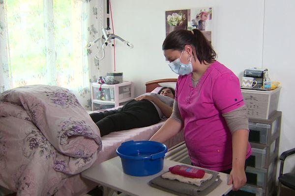 A Volvic, dans le Puy-de-Dôme, Sonia est aide à domicile.