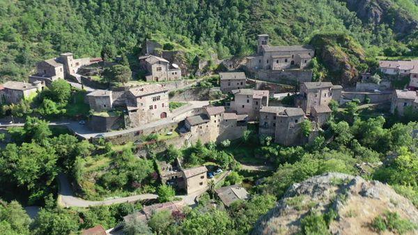 Le village médiéval de Malleval accroché à un éperon rocheux dominant les gorges du Batalon