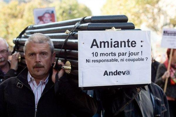Une manifestation organisée à Paris par l'association nationale de défense des victimes de l'amiante (Andeva) a réuni des centaines de personnes venues de toute la France vendredi 9 octobre 2015.