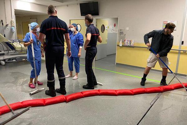 Soignants et pompiers évacuent l'eau qui a inondé l'hôpital de Beauvais dans l'Oise.