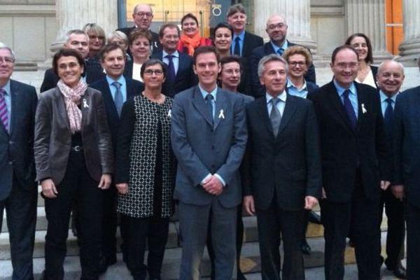 Les signataires de la tribune posent symboliquement ensemble. Au premier rang, les présidents socialistes des deux région, Nicolas Mayer-Rossignol (Haute-Normandie) et Laurent Beauvais (Basse-Normandie)