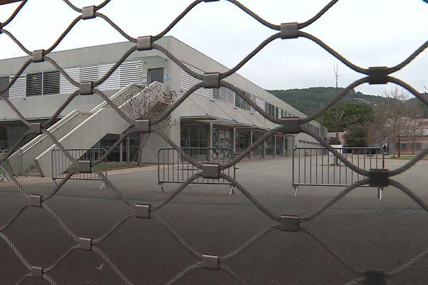 Le lycée professionnel Léon Blum accueille 850 élèves, l'établissement a été fermé pour une semaine par arrêté préfectoral.