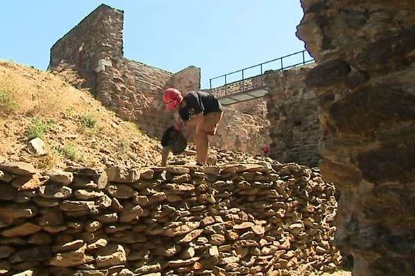 Une bonne part de la restauration consiste à déblayer le fort, simple montagne de gravats il y a 20 ans.
