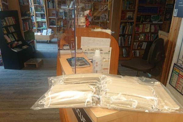 Les masques de protection sont arrivés de Pont L'Evêque ce jeudi dans plusieurs librairies caennaises.