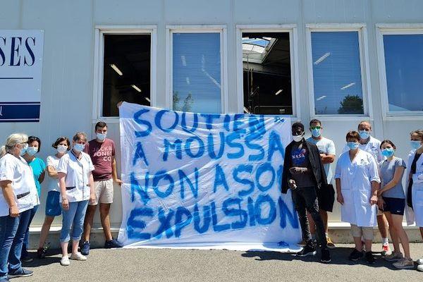 Malgré une promesse d'embauche et le soutien du patron et des salariés de la blanchisserie, Moussaa reçu une obligation de quitter le territoire français qui prend effet dès ce lundi 26 Juillet.