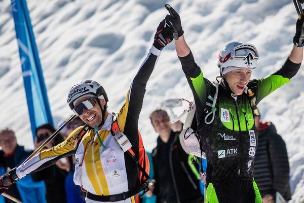 Les skieurs Didier Blanc, à droite, et Valentin Favre, à gauche, sur la ligne d'arrivée ce samedi 16 mars.