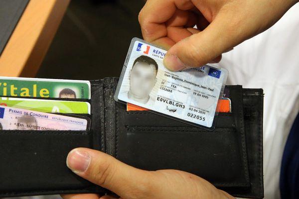 Plus compacte et plus pratique, la nouvelle carte nationale d'identité présente toutefois l'inconvénient d'être trop petite pour accueillir les noms de communes à rallonge.