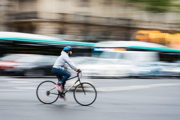 Un cycliste à Paris.