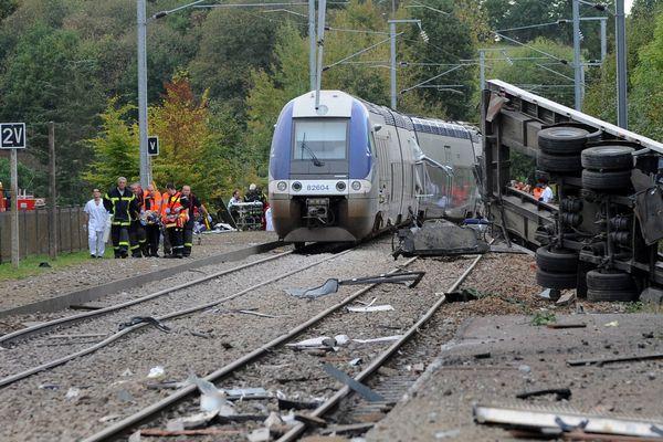 Le 12 octobre 2011, la collision entre un TER et un poids lourd a tué 3 personnes et fait de nombreuses victimes parmi les passagers du train.