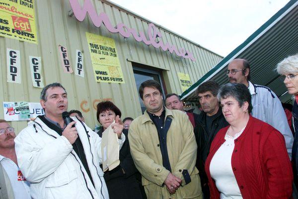 Thierry Lepaon le 23 octobre 2001 devant l'usine de Cormelles-le-royal près de Caen avec une centaine de salariés de Moulinex. Ils ont été licenciés quelques semaines auparavant.