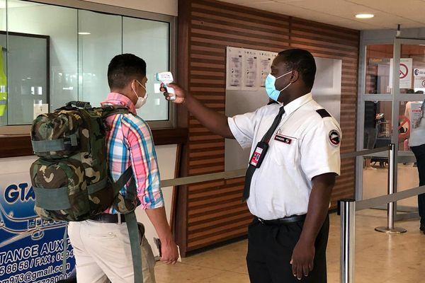 La prise de la température est imposée par la compagnie aérienne avant d'accéder à l'enregistrement des bagages