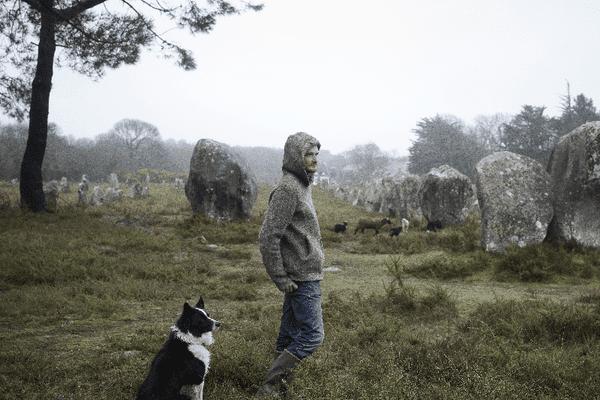 Fabien Goeusse est berger sur les alignements de Carnac. Les alignements sont gérés par le Centre des monuments nationaux. Photo extrait de la série : Entre chien et loup / Petites fables du Morbihan.