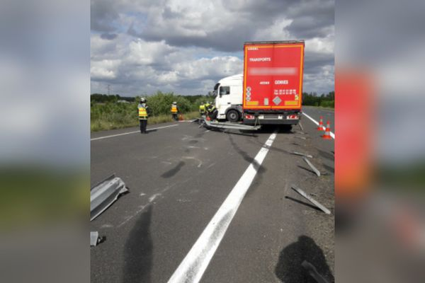 Le camion a traversé l'autoroute A85 pour se retrouver à contre-sens.