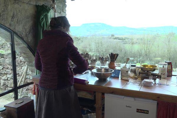 Coralie Roussel, productrice de fromages végan, dans sa cuisine à la ferme de Blayac à Saint-Affrique en Aveyron