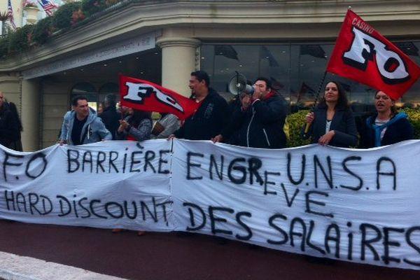 Les salariés du groupe Barrière interpellent les invités et stars du tapis rouge, venus au Festival de Deauville, le 5 septembre.