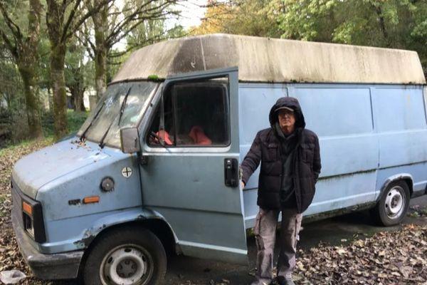 Après son départ pour un appartement, Yves avait laissé ca camionnette sur le parking de la piscine des Dervallières.