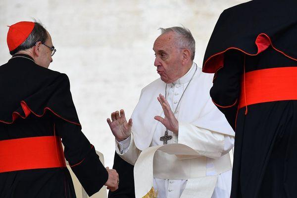 Le pape François parlant à Mgr Philippe Barbarin à la fin de l'audience hebdomadaire sur la place St Pierre, le 26 avril 2017.