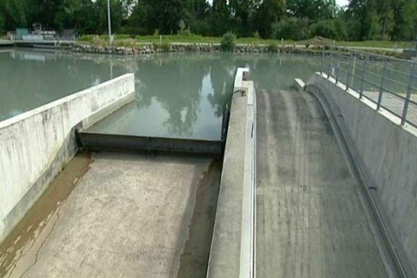 Le stade des eaux vives de Pau à sec