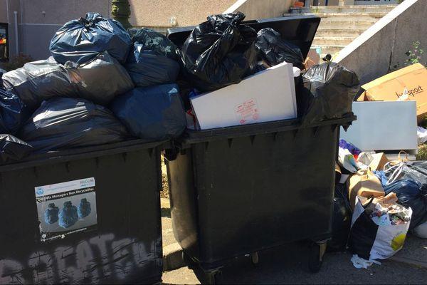 27/04/2018 - Les poubelles débordent un peu partout en Corse, comme ici à Bastia (Haute-Corse).